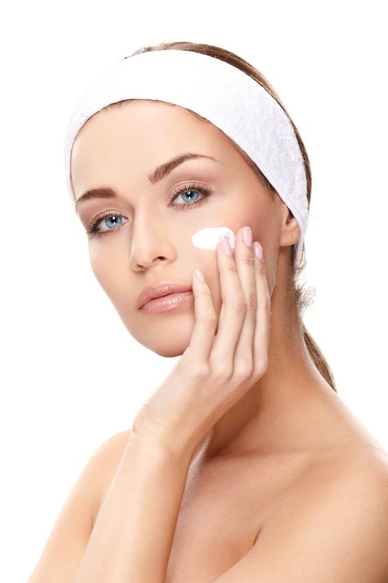 Mujer aplicando cosmetico